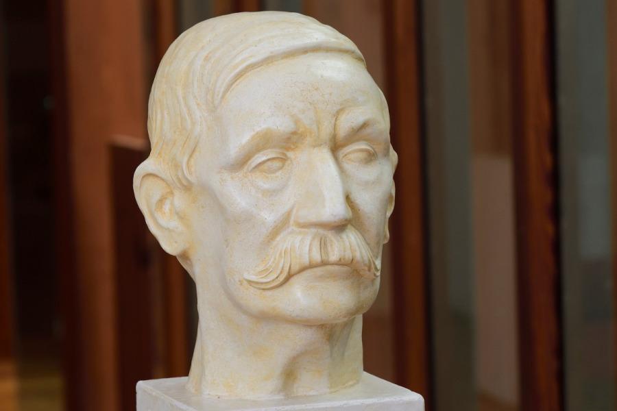 W Busto de Galdós