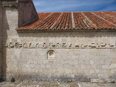 8. Mensario en la iglesia de Campisábalos; a la derecha, el inicio con una escena de una justa
